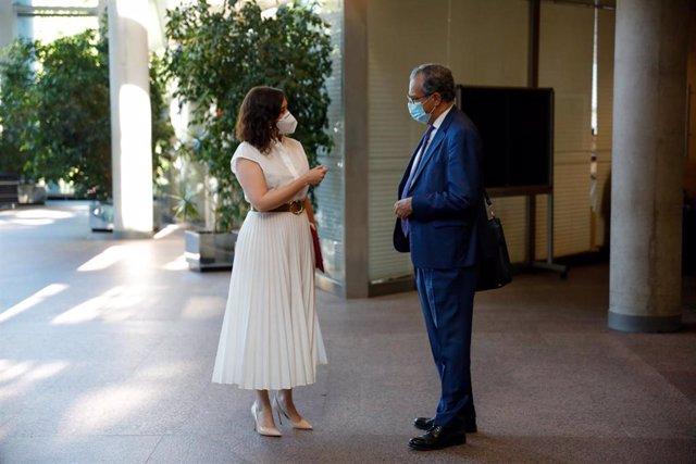 La presidenta de la Comunidad de Madrid, Isabel Díaz Ayuso y el consejero de Educación, Enrique Ossorio