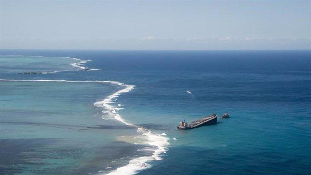 El carguero Wakashio, encallado frente a Mauricio.