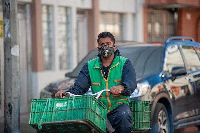 Un repartidor durante su jornada laboral.