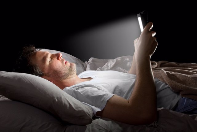 Tablet, cama, insomnio, luz, móvil,smartphone