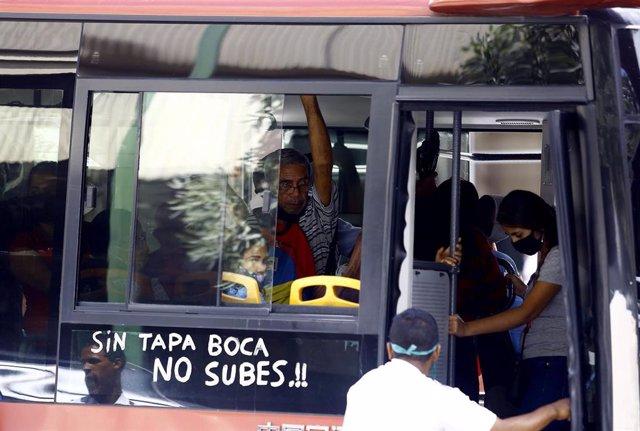 Mensaje a favor del uso de mascarillas en una autobús de la ciudad venezolana de Valencia