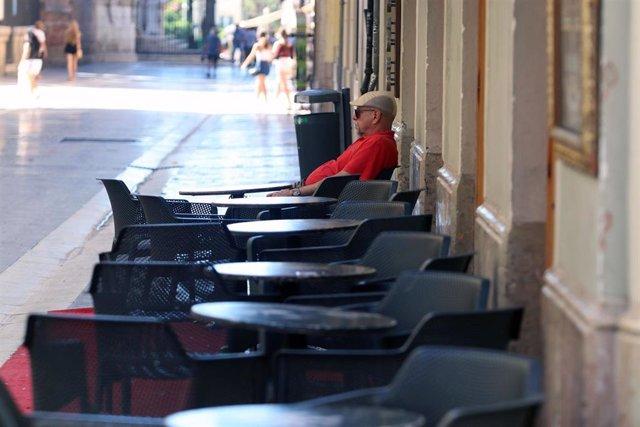 Ambiente en las terrazas de los bares durante el primer día de la prohibición de realizarlo en la vía pública en Andalucía si no existe una distancia de dos metros de separación con otras personas para evitar contagios de Covid-19. En Málaga