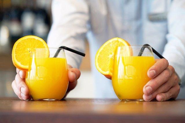 Vasos con zumo de naranaja.