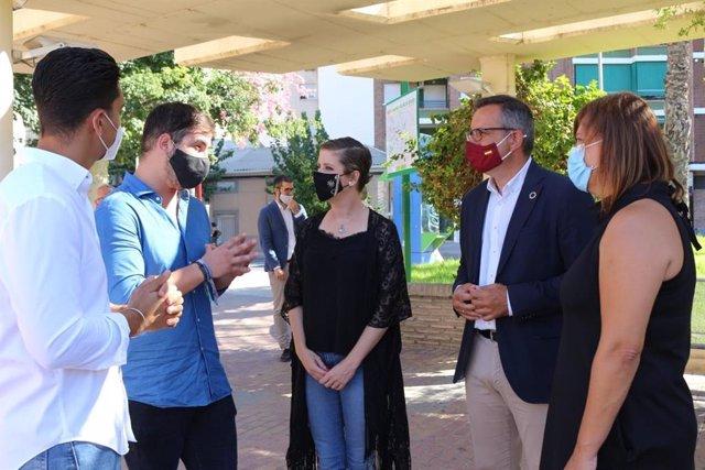 El secretario general del PSRM-PSOE y portavoz del Grupo Parlamentario Socialista, Diego Conesa, y la alcaldesa de Molina de Segura, Esther Clavero