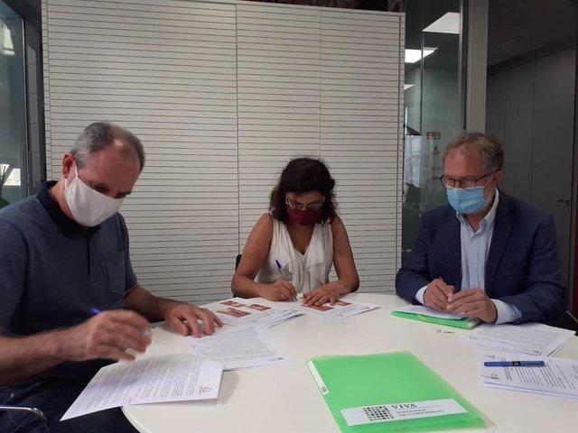 Firma de dos contratos del programa ALVA de alquiler de vivienda en Valladolid.