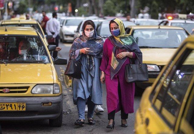 Mujeres con mascarilla en la ciudad iraní de Rasht