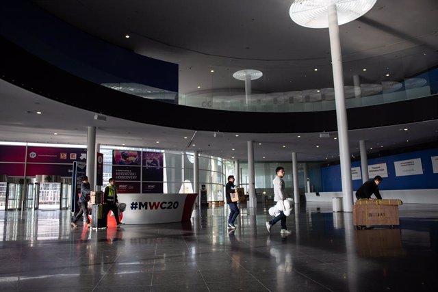 Interior del pavelló del Mobile World Congress (MWC) durant el desmantellament dels stands després de la cancel·lació de la fira per la crisi del coronavirus i les anul·lacions d'empreses, a Barcelona/Catalunya (Espanya) a 13 de febrer de 2020.