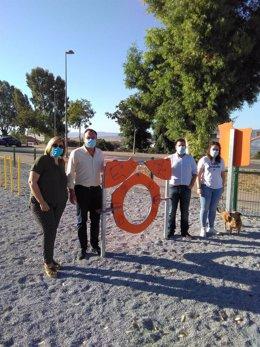 Francisco Palomares con José Ignacio Expósito y autoridades locales en el parque canino.
