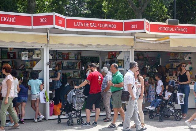 Visitantes pasean por las casetas de la Feria del Libro de Madrid del año pasado