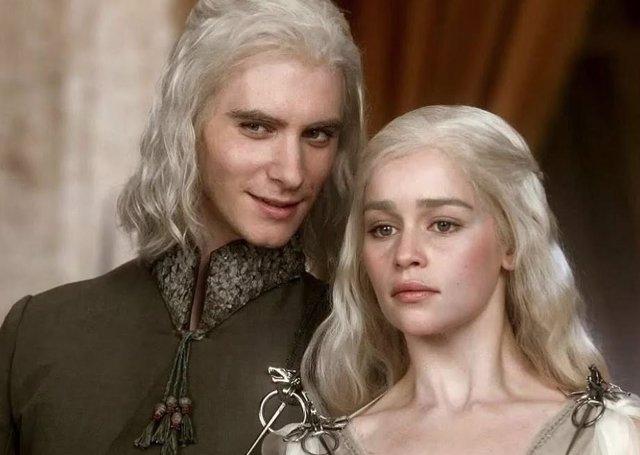 Harry Lloyd y Emilia Clarke en Juego de tronos.