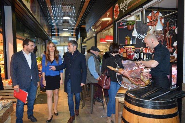 Imagen de una visita de la Junta y el Ayuntamiento al Mercado de San Agustín, en imagen de archivo