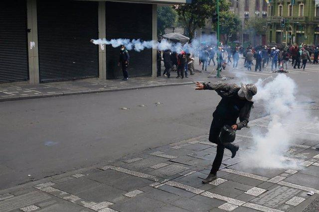 Enfrentamientos entre manifestantes y policías en La Paz
