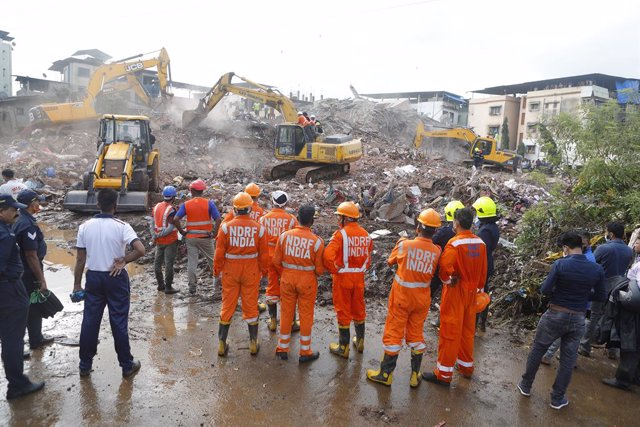 India.- Asciende a trece el número de muertos a causa del derrumbe de un edifici