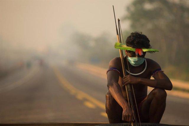 Indígena kayapó de Brasil durante las protestas de su comunidad contra el olvido al que han sido relegados por parte del Gobierno de Jair Bolsonaro durante la crisis sanitaria del nuevo coronavirus.