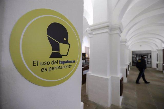 Museo Nacional de Colombia, en Bogotá, recurda a sus visitantes que el uso de la mascarilla en sus instalaciones es obligatorio.