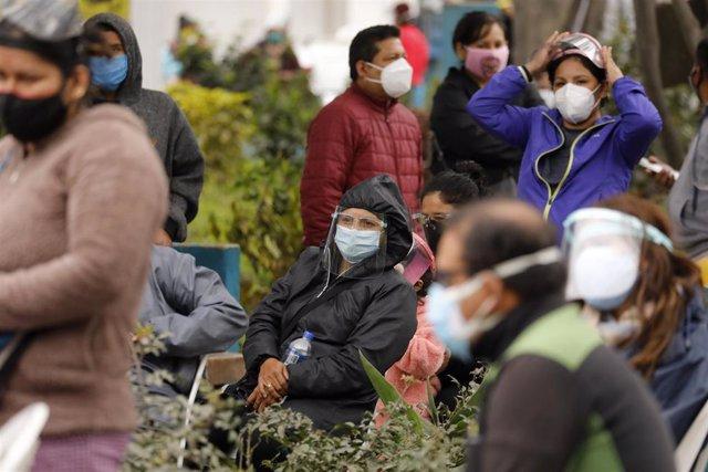 Un grupo de personas en Lima espera a ser sometida a una prueba rápida de detección de la COVID-19.