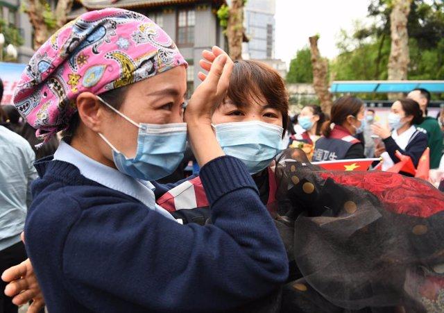 Dos trabajadoras de un hospital de Chengdu durante un acto de homenaje a los pro