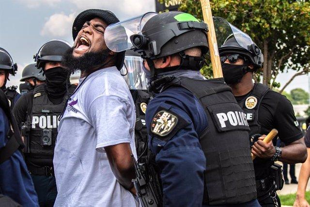 EEUU.- Al menos 64 detenidos en Louisville durante las protestas por el asesinat