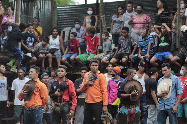 Un grupo de personas asiste a una fiesta con toros en Nicaragua