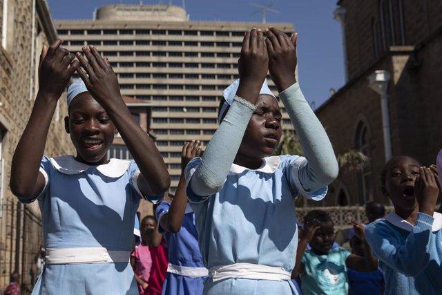 Niñas en una escuela en la capital de Zimbabue, Harare
