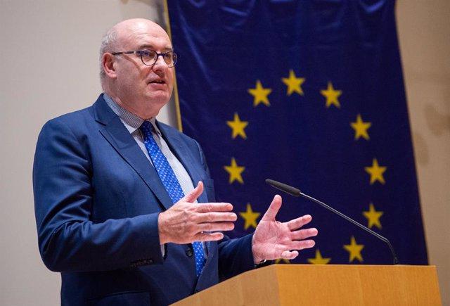 Cvirus.- Crecen las voces en Irlanda que piden la dimisión del comisario Hogan t