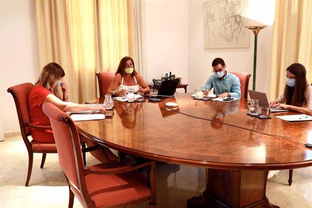 La presidenta del Govern, Francina Armengol, reunida con Consells, FELIB y Ayuntamiento de Palma por videoconferencia, acompañada por la consellera de Salud, Patricia Gómez, la investigadora Margalida Frontera i el gerente del Ibassal, Rubén Castro.