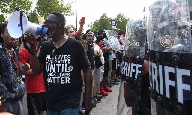 Protestas en Kenosha, Wisconsin, después de que un policía realizara siete disparos contra un hombre afroamericano delante de sus tres hijos