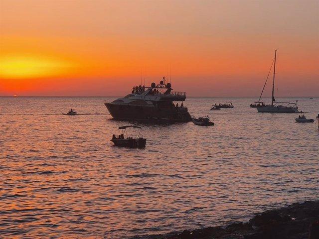 La Policía Local de Sant Antoni denuncia una fiesta en un barco con 25 personas a bordo.
