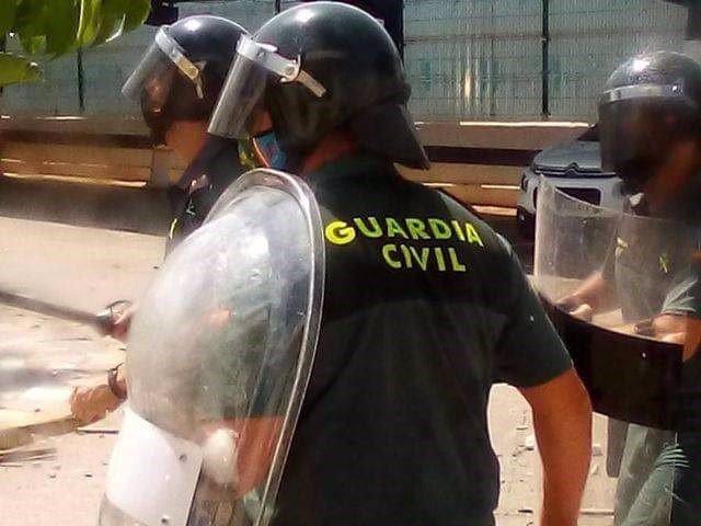 Agentes de la Guardia Civil, en un intento de motín en el CETI de Melilla