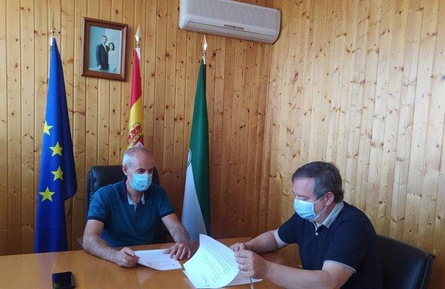 El delegado firma las ayudas a Albanchez y Lúcar
