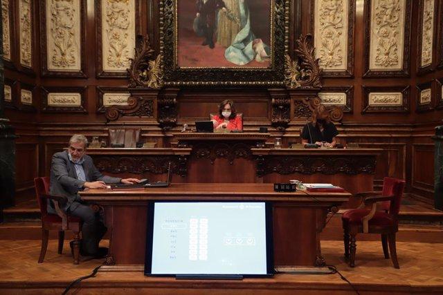 L'alcaldessa de Barcelona, Ada Colau, en el ple de l'Ajuntament