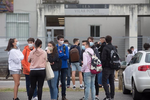 Estudiantes de bachillerato minutos antes de entrar a las instalaciones del IES Vilar Ponte para realizar los exámenes de Selectividad en Viveiro (Lugo)