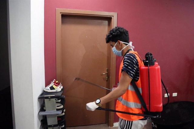 Voluntario del grupo libio conocido como 'Jóvenes Contra el Corona' realizando labores de desinfección de un hotel de Trípoli, Libia.