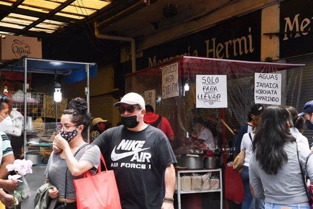 Puestos de comida en un mercado de Ciudad de México
