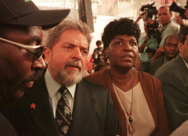 El expresidente de Brasil Lula da Silva junto a la diputada federal del Partido de los Trabajadores Benedita da Silva durante una campaña de 2002.