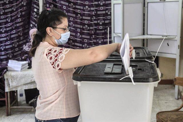 Una mujer ejerciendo su derecho al voto en las pasadas elecciones del 11 de agosto al Senado egipcio.