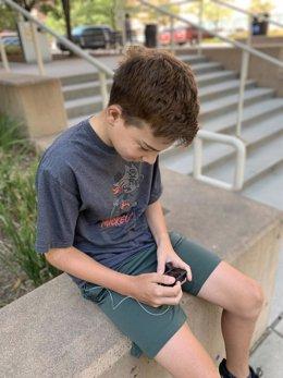 Un participante del estudio revisa su información en su dispositivo de páncreas artificial.