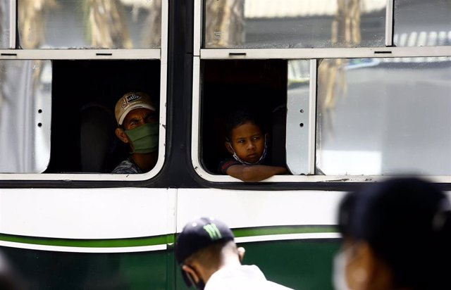 Personas con mascarilla en un autobús en Carabobo, Venezuela