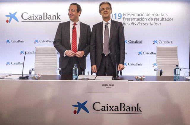 El consejero delegado de la entidad, Gonzalo Gortázar (izq) y el presidente de CaixaBank, Jordi Gual (dech), durante la presentación a los medios de los resultados del ejercicio 2019 .