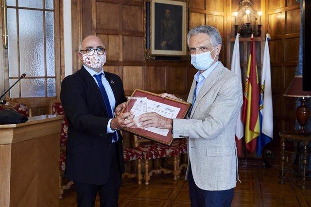 El consejero de Sanidad, Miguel Rodríguez, (izda), y el psiquiatra Luis Rojas Marcos (derecha)