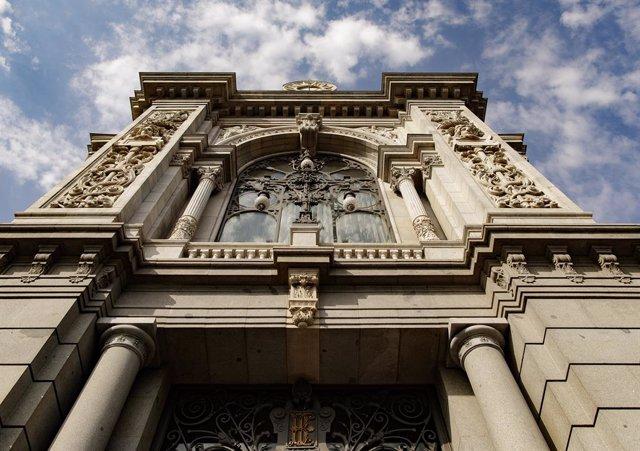 Façana de l'edifici del Banc d'Espanya situada en la confluència del Passeig del Prado i el madrileny carrer d'Alcalá.