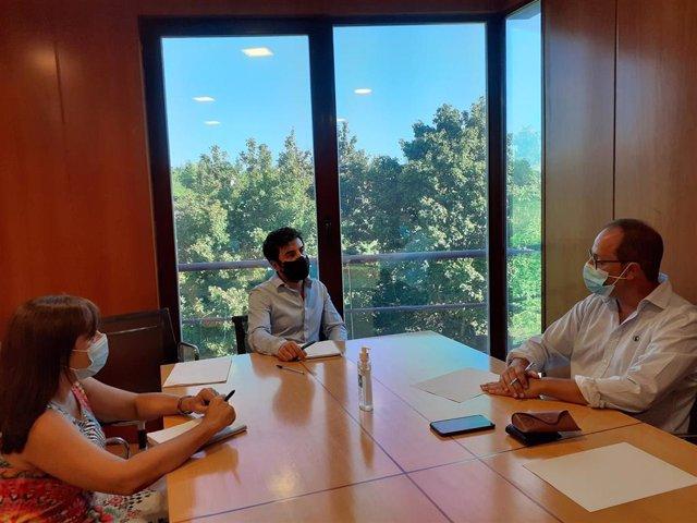 El consejero de Sostenibilidad y Transición Ecológica, Álex Dorado Nájera, se ha reunido este jueves con el eurodiputado, César Luena, para abordar el Plan de Recuperación de la UE