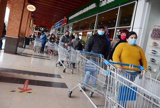 Cola en un supermercado de la localidad chilena de Linares