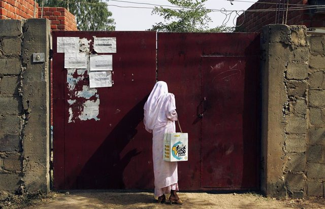 Una mujer participa en una campaña de vacunación contra la poliomielitis en Nigeria