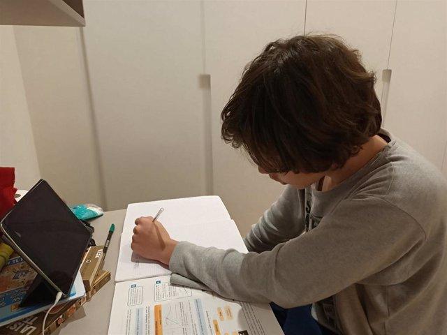 Un alumnos trabaja en casa con un ordenador durante el confinamiento por la pandemia