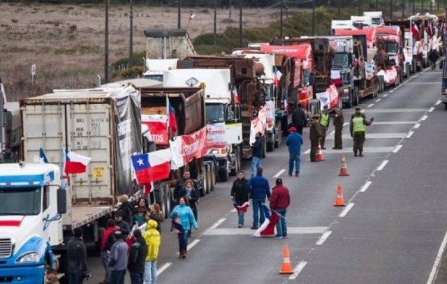 Chile.- Cientos de camioneros bloquean varias carreteras en Chile para protestar