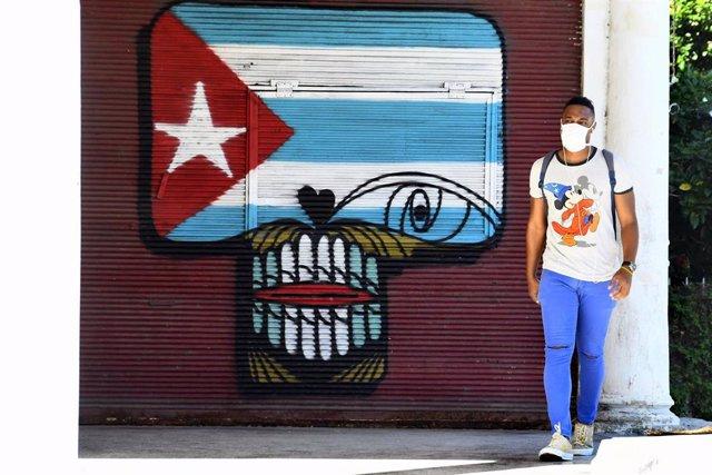 Una persona con mascarilla camina por una de las calles de La Habana.