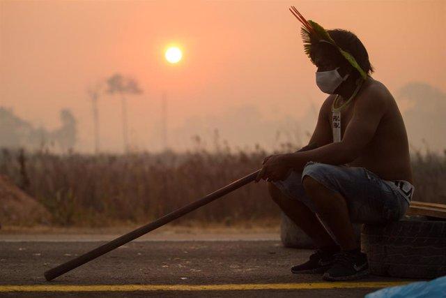 Un miembro de la comunidad kayapo, un pueblo indígena que habita en las tierras planas de Mato Grosso y Pará, en Brasil, durante una recientes protestas contra el olvido al que se ven abocados por las políticas del Gobierno de Jair Bolsonaro.