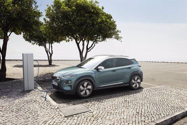 Imagen de un coche eléctrico cargándose.