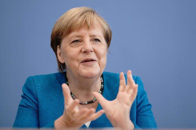 Coronavirus.- Merkel advierte de tiempos difíciles y defiende que los niños no p